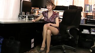 Nyloned milf Alby Daor dildos her shaven pussy