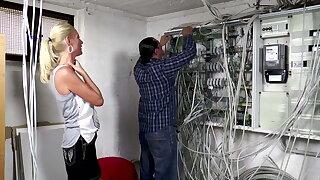 Der Elektriker darf Venal Tina einen Anal Creampie verpassen